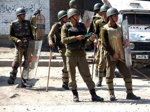 श्रीनगर में विधायक का सुरक्षाकर्मी पांच AK-47 सहित नौ राइफल लेकर फरार, सर्च ऑपरेशन जारी- India TV Hindi