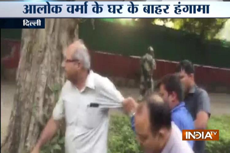 छुट्टी पर भेजे गए सीबीआई डायरेक्टर आलोक वर्मा के घर के बाहर हंगामा, पकड़े गए 4 संदिग्ध- India TV Hindi