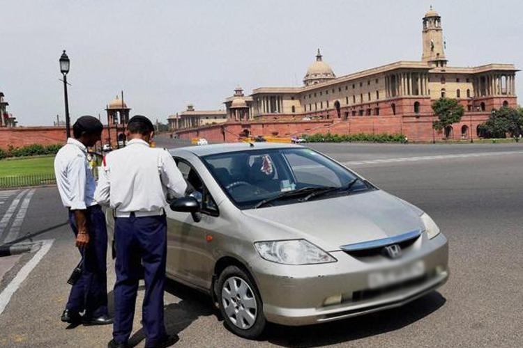 दिल्ली में वायु प्रदूषण फैलाने पर दस हजार से अधिक गाड़ियों पर कार्रवाई - India TV Hindi