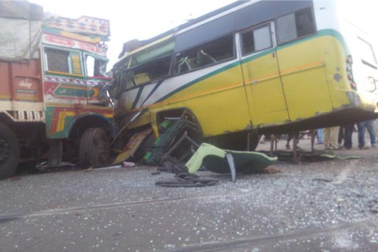 बिहार: स्कूली बच्चों से भरी बस को ट्रक ने मारी टक्कर, चालक की मौत- India TV Hindi