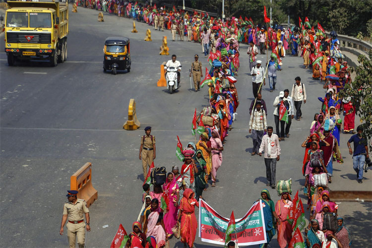 20,000 farmers march from Thane to Mumbai demanding drought compensation   PTI- India TV Hindi
