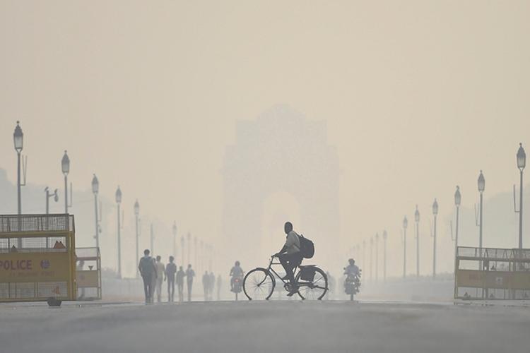 दीपावली के दिन धुंध भरी सुबह से हुआ दिल्लीवासियों का सामना, भारी वाहनों के प्रवेश पर लग सकती है पाबं- India TV Hindi