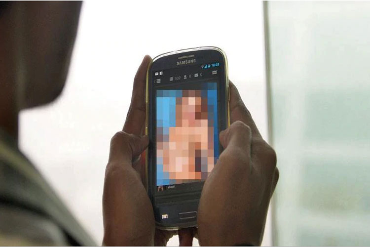 Officer booked for uploading obscene photos of wife...- India TV Hindi