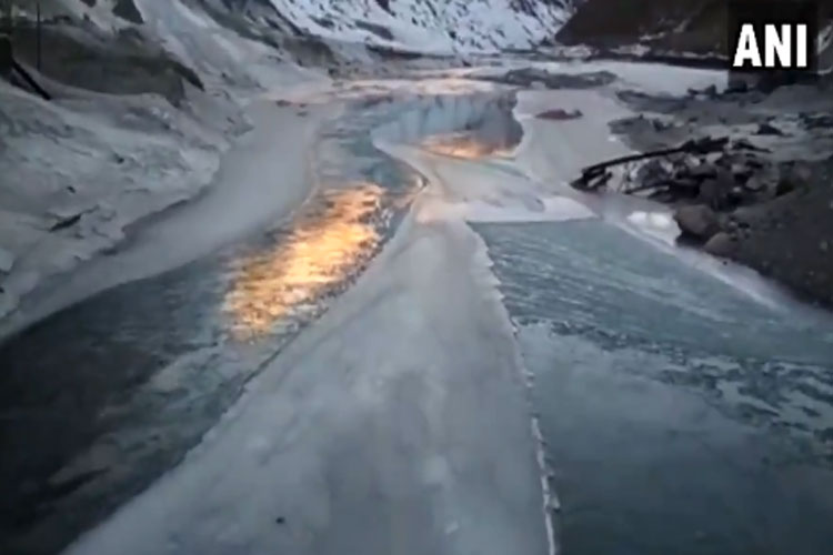 River Chandra in Lahaul-Spiti freezes partially due to cold wave- India TV Hindi