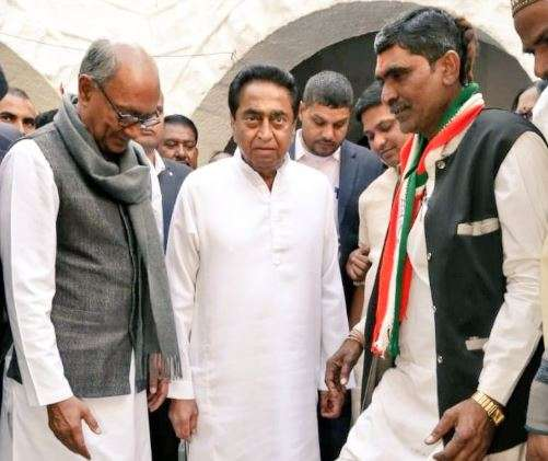 Congress worker wears shoes by Kamal Nath as party forms govt in Madhya Pradesh- India TV Hindi