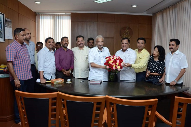 Chief Minister Manohar Parrikar held meeting with his...- India TV Hindi