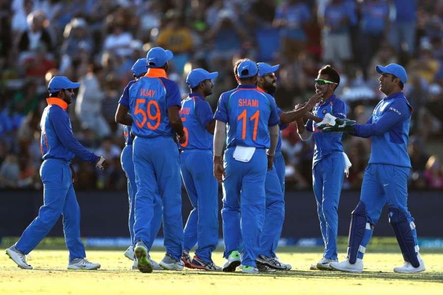 बिजली की रफ्तार से धोनी ने की स्टंपिंग, साथी खिलाड़ियों को भी नहीं हुआ यकीन  - India TV Hindi