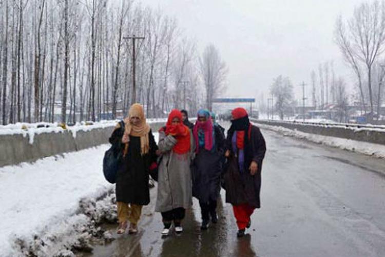 कश्मीर में शीतलहर जारी, शुक्रवार से बर्फबारी, बारिश के आसार- India TV Hindi