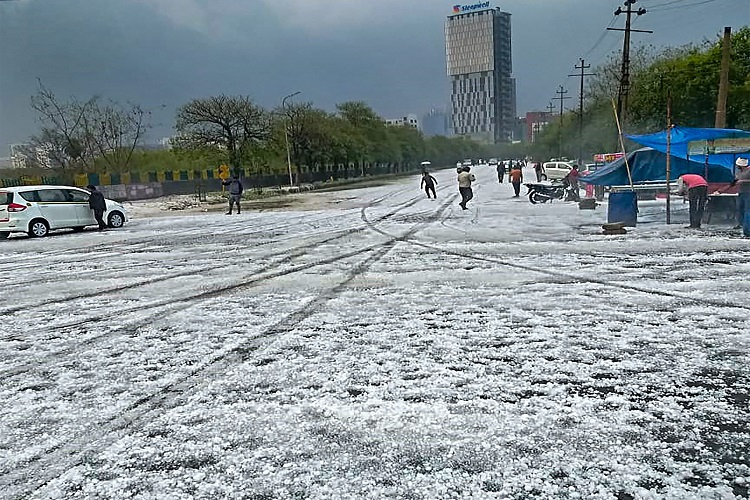 नोएडा में ओले गिरने...- India TV Hindi
