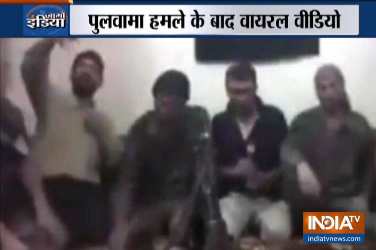 पुलवामा हमले के बाद सेल्फी लेते वक्त आतंकियों की पूरी टीम बम धमाके में उड़ी, वीडियो वायरल- India TV Hindi