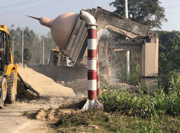 Kanpur District administration demolishes Urdu Gate of Azam Khan's mohammad ali jauhar university- India TV Hindi