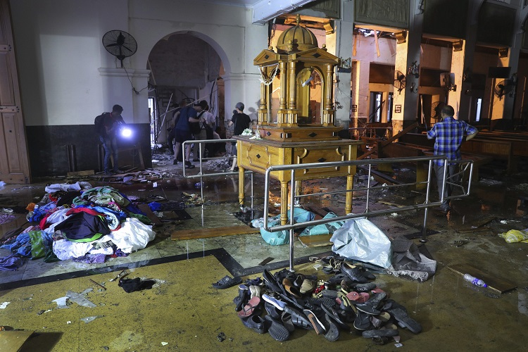 Shoes and other belongings left by panicked worshippers...- India TV Hindi