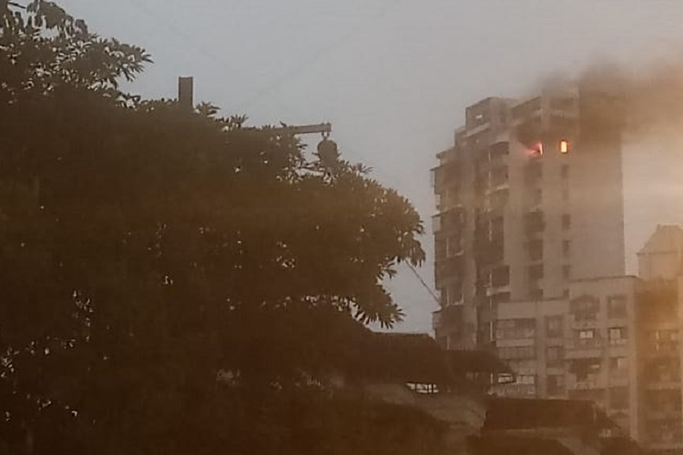 Fire breaks out in a building in sector-19 of Airoli...- India TV Hindi