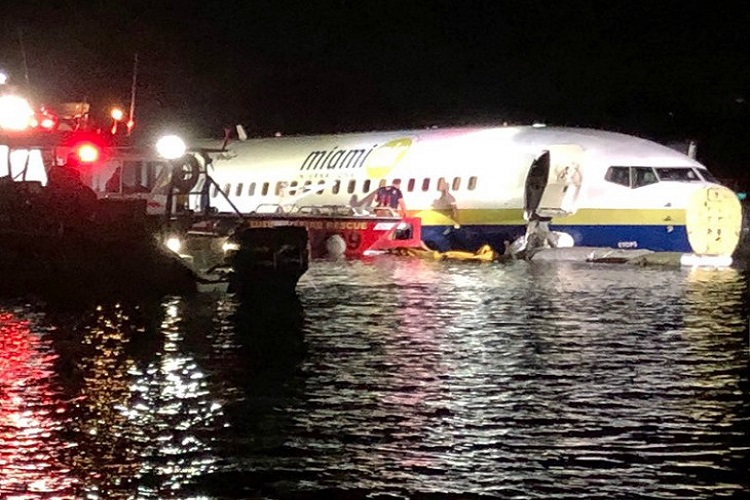 Boeing 737 goes into Florida river with 136 on board, no...- India TV Hindi