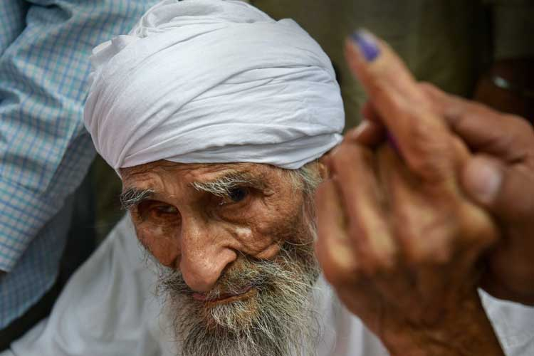 Bachan Singh ,111, the oldest voter in Delhi, leaves the...- India TV Hindi