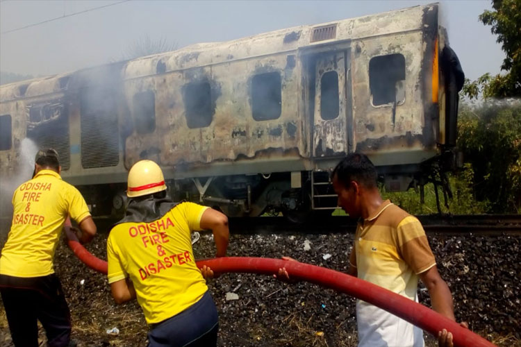 Fire breaks out in Rajdhani Express- India TV Hindi