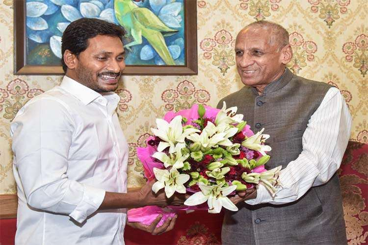 Jagan Reddy meets Guv, stakes claim to form govt in Andhra- India TV Hindi