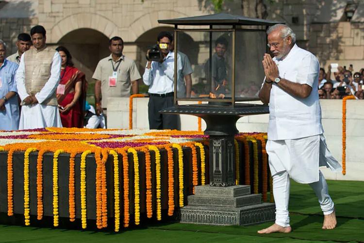 मोदी ने शपथ ग्रहण से पहले बापू-अटल को दी श्रद्धांजलि, युद्ध स्मारक पर शहीदों को किया नमन- India TV Hindi