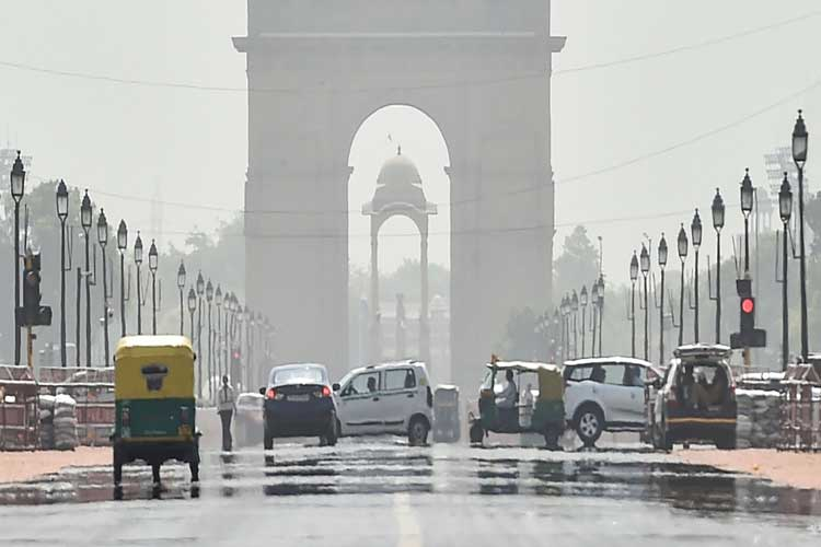 A mirage appears on Rajpath near India Gate on a hot,...- India TV Hindi