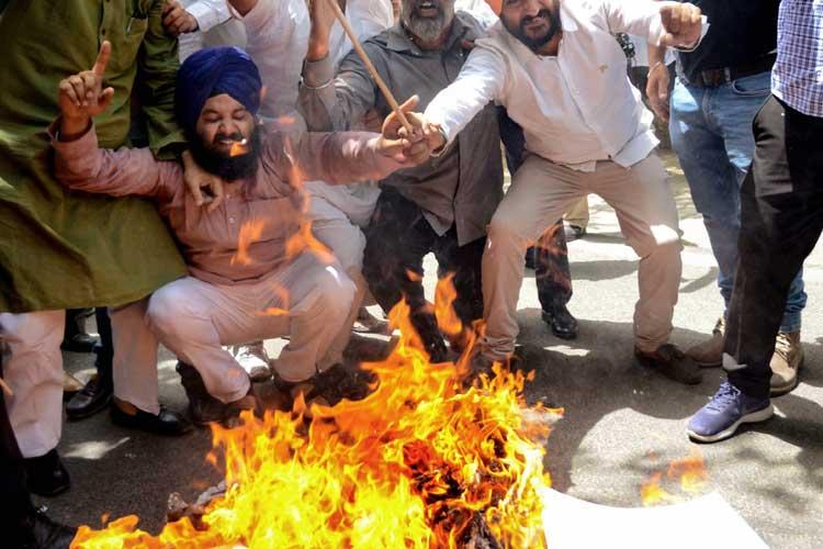 BJP workers burn effigy of Pitroda for 'hua to hua'...- India TV Hindi
