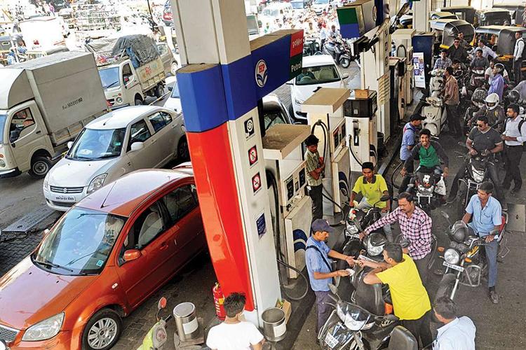 चुनाव से ठीक पहले दिल्ली में 3 दिनों में 85 पैसे लीटर सस्ता हुआ पेट्रोल- India TV Hindi