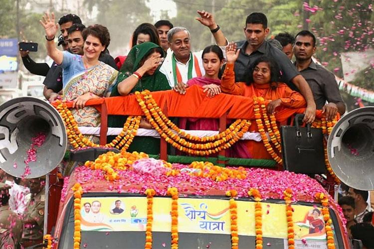 Priyanka campaigns for Maneka Gandhi's rival Sanjay Singh with roadshow in Sultanpur- India TV Hindi
