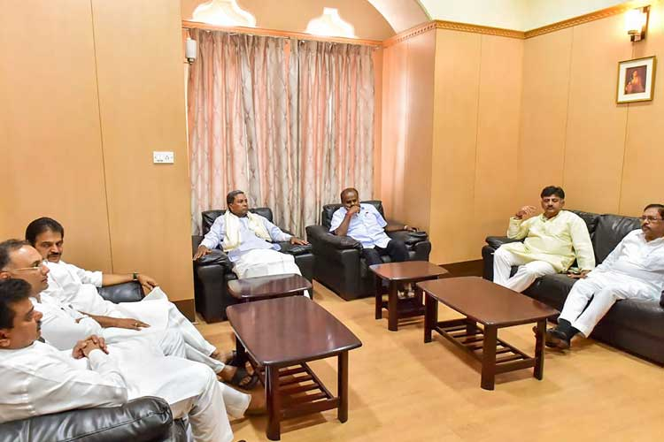 Karnataka Chief Minister H D Kumaraswamy (3rd R),...- India TV Hindi
