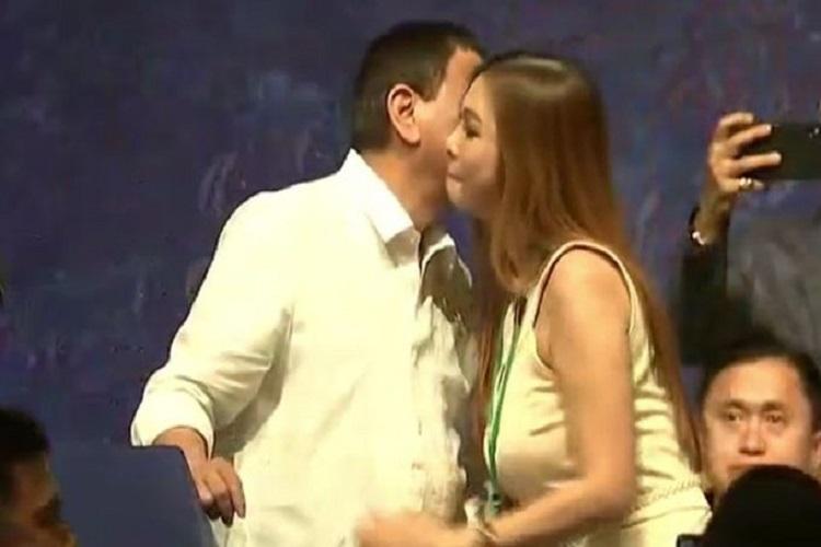 Philippines President Rodrigo Duterte kissed five...- India TV Hindi