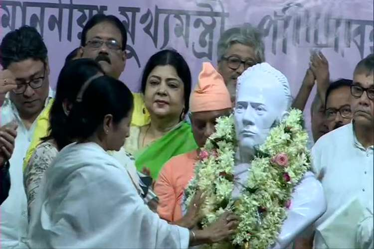 Mamata Banerjee garlands the bust of Ishwar Chandra Vidyasagar in Kolkata.- India TV Hindi