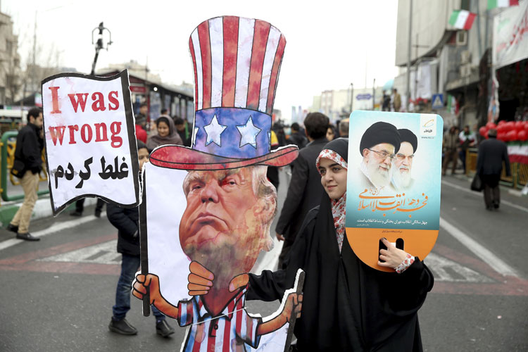An Iranian woman holds an effigy of US president Donald Trump | AP File- India TV Hindi