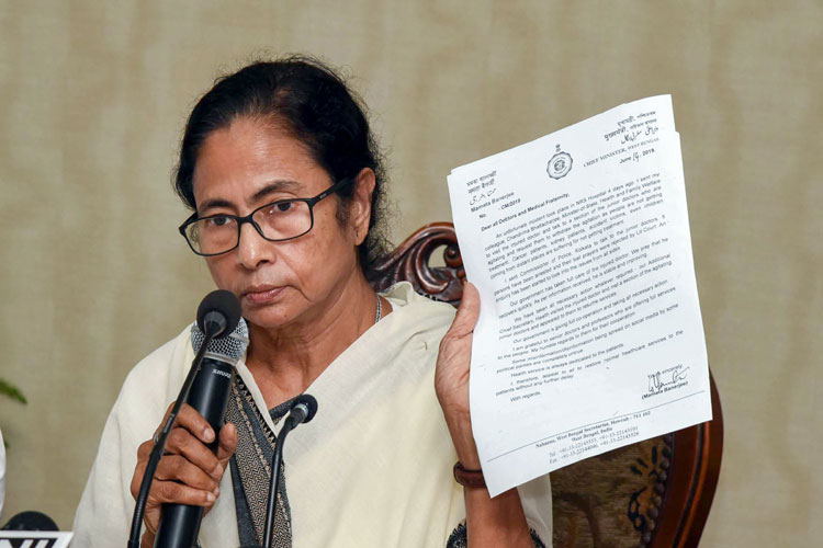 Howrah: West Bengal Chief Minister Mamata Banerjee interacts with media over the ongoing doctor's st- India TV Hindi