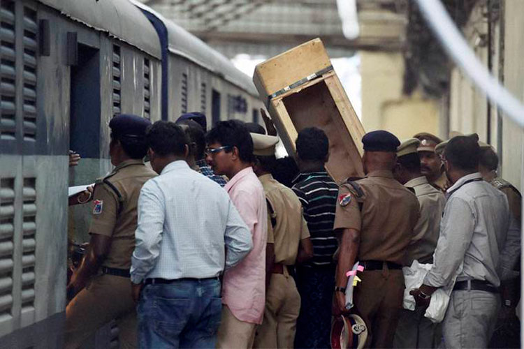 Mumbai: Purse of Congress MLA Rahul Bondre's wife snatched- India TV Hindi