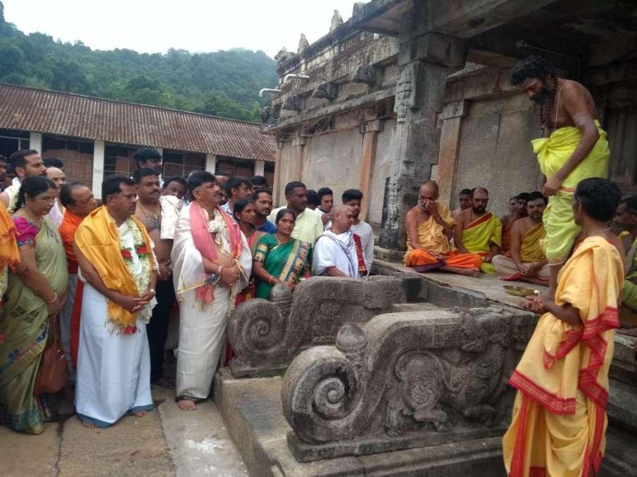 Karnataka Ministers visiting temples to pray for rain- India TV Hindi