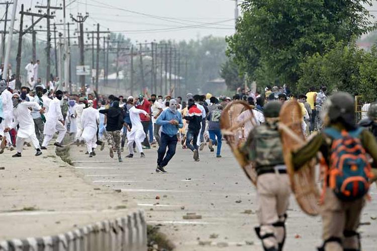 ईद की नमाज के बाद श्रीनगर में पत्थरबाजी, प्रदर्शनकारियों-सुरक्षा बलों के बीच झड़प- India TV Hindi
