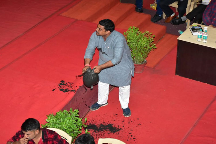 Corporator dumps sludge in the House as a mark of protest against Municipal Corporation- India TV Hindi