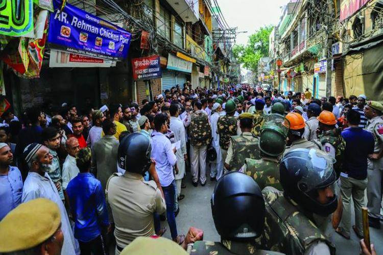 दिल्ली के लालकुआं में हंगामे के हालात सामान्य, हर्षवर्धन ने मंदिर में जाकर लिया हालात का जायजा- India TV Hindi