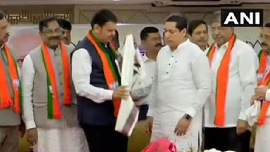 इस्तीफे के एक दिन बाद कांग्रेस-एनसीपी के विधायकों ने थामा भाजपा का दामन- India TV Hindi