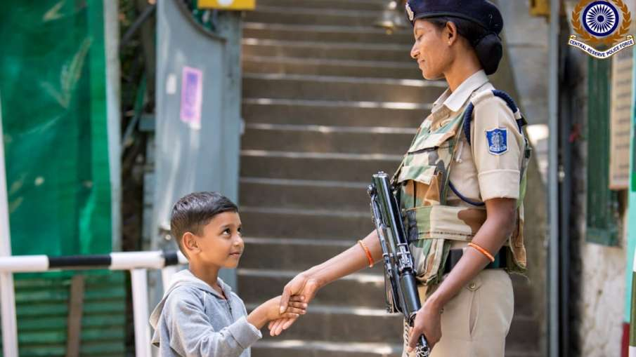 Photo of Kashmiri boy shaking hands with CRPF personnel wins hearts | Twitter- India TV Hindi