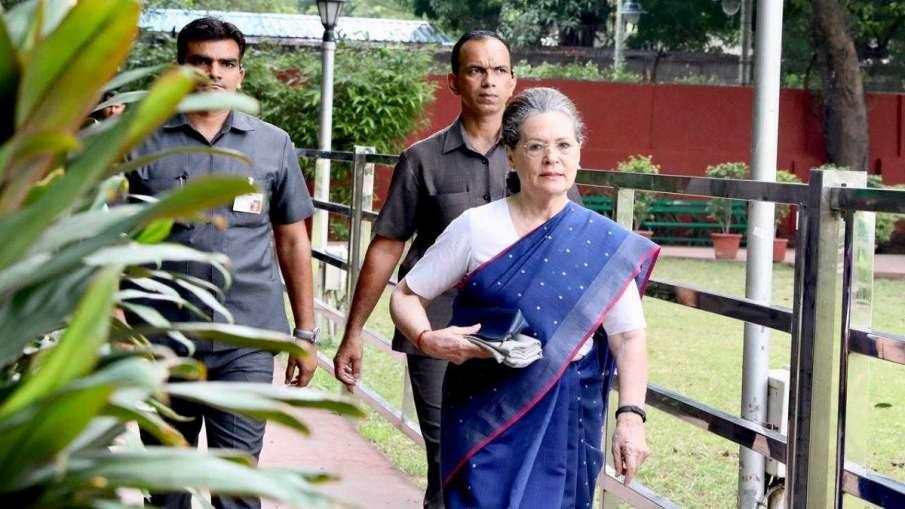 CWC बैठक से निकले सोनिया-राहुल, कहा-हम दोनों अध्यक्ष के चयन की प्रक्रिया में शामिल नहीं हो सकते- India TV Hindi