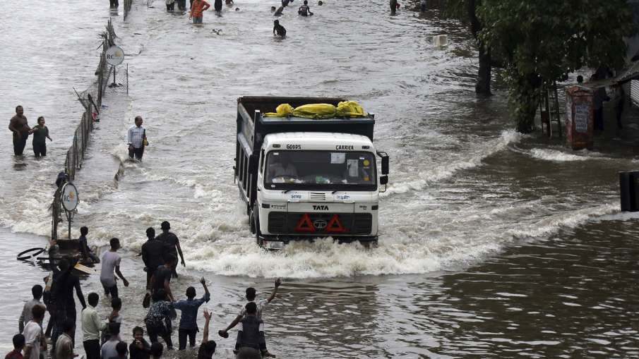 More than 120 dead due to incessant rains, floods in Gujarat, Maharashtra, Kerala, Karnataka | AP- India TV Hindi