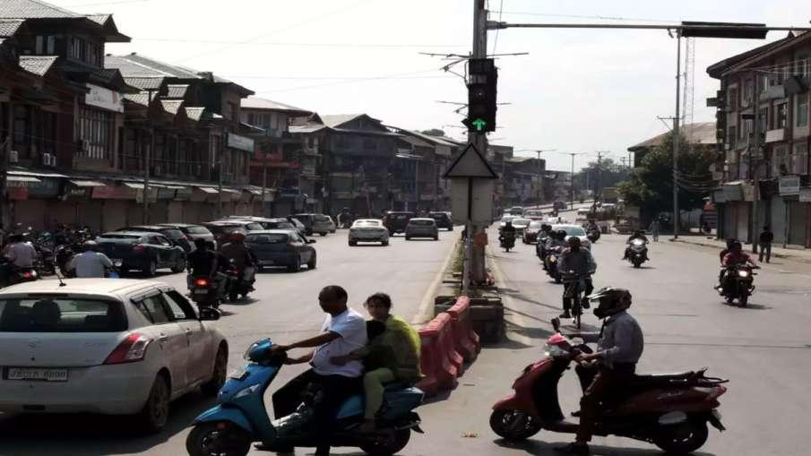 कश्मीर में दौड़ने लगी हैं जिंदगियां पटरी पर, अधिकतर हिस्सों में आवागमन पर लगा प्रतिबंध हटाया गया- India TV Hindi