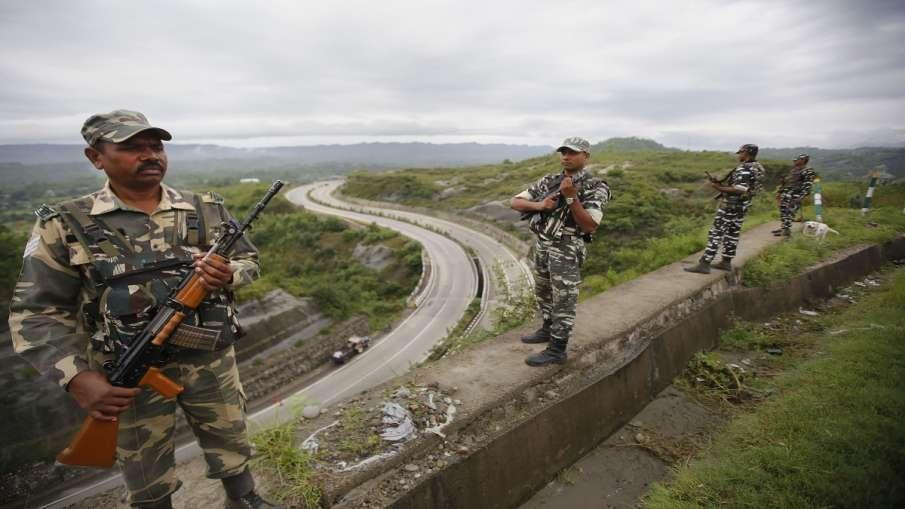 CRPF personnel stand guard on Jammu-Srinagar national...- India TV Hindi