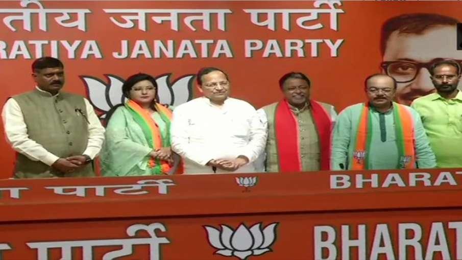 Delhi: TMC MLA Sovan Chatterjee joins Bharatiya Janata Party in presence of BJP leader Mukul Roy- India TV Hindi