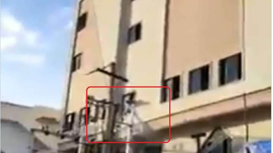 साहो का पोस्टर लगा रहे प्रभास के फैन को लगा बिजली का झटका- India TV Hindi