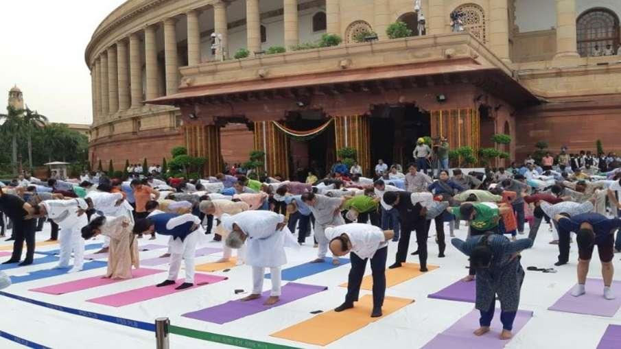 Members of parliament and officials of Lok Sabha, take...- India TV Hindi