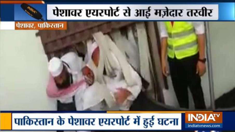 जब पाकिस्तान एयरपोर्ट पर एक्सरे मशीन से सामान की जगह निकलने लगे लोग.....- India TV Hindi