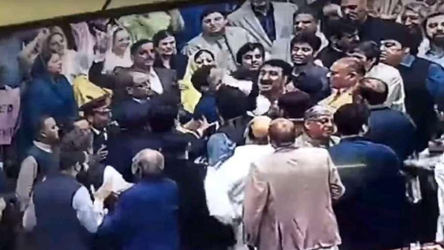 कश्मीर मुद्दे पर अंतर्राष्ट्रीय मंचों पर बेइज्जती से आउट ऑफ कंट्रोल हुए पाक मंत्री, संसद में चले लात- India TV Hindi