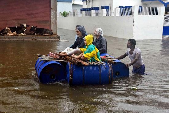 बिहार-उत्तर प्रदेश में मौसम का कहर, लोग सड़क पर डाला रहे मछलियों को दाना- India TV Hindi