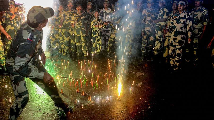 Border Security Force (BSF) soldiers light candles during Diwali celebrations near the international- India TV Hindi