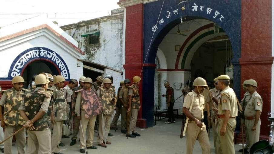 गोरखपुर जेल में कैदियों का हंगामा, पुलिस पर पथराव, डिप्टी जेलर समेत कई को पीटा- India TV Hindi